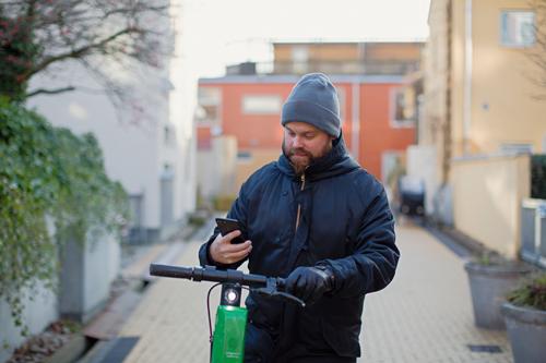 Sparer på mobilen og lar miljøet gå